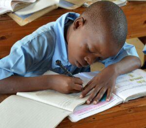 Kind beim Schreiben 2